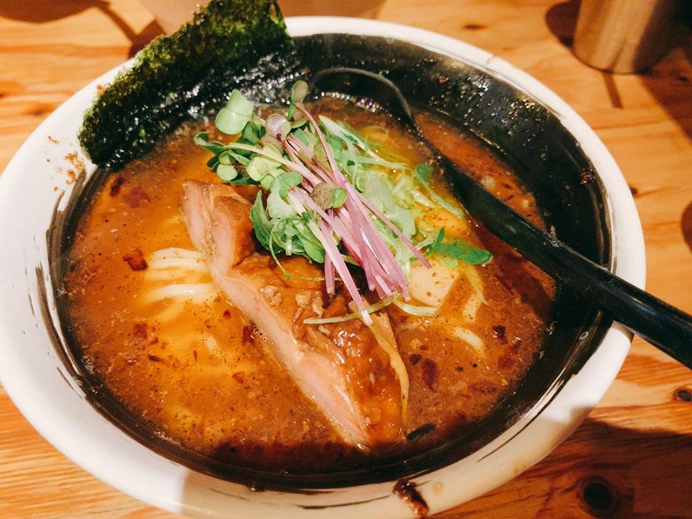 【麺場 浜虎】濃厚ラーメンを実食!〈清湯スープ〉醤そば 大盛 760円。