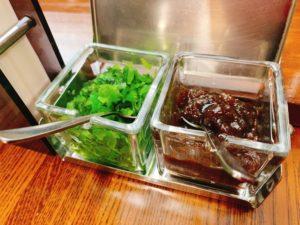 【キャラウェイ】大盛カレーを実食!福神漬け、たくあん、チャツネ、青菜の4種類の付け合わせ。