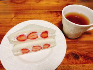 【セブン】こだわりクリームのいちごサンド 、ルピシアの紅茶と合わせて。